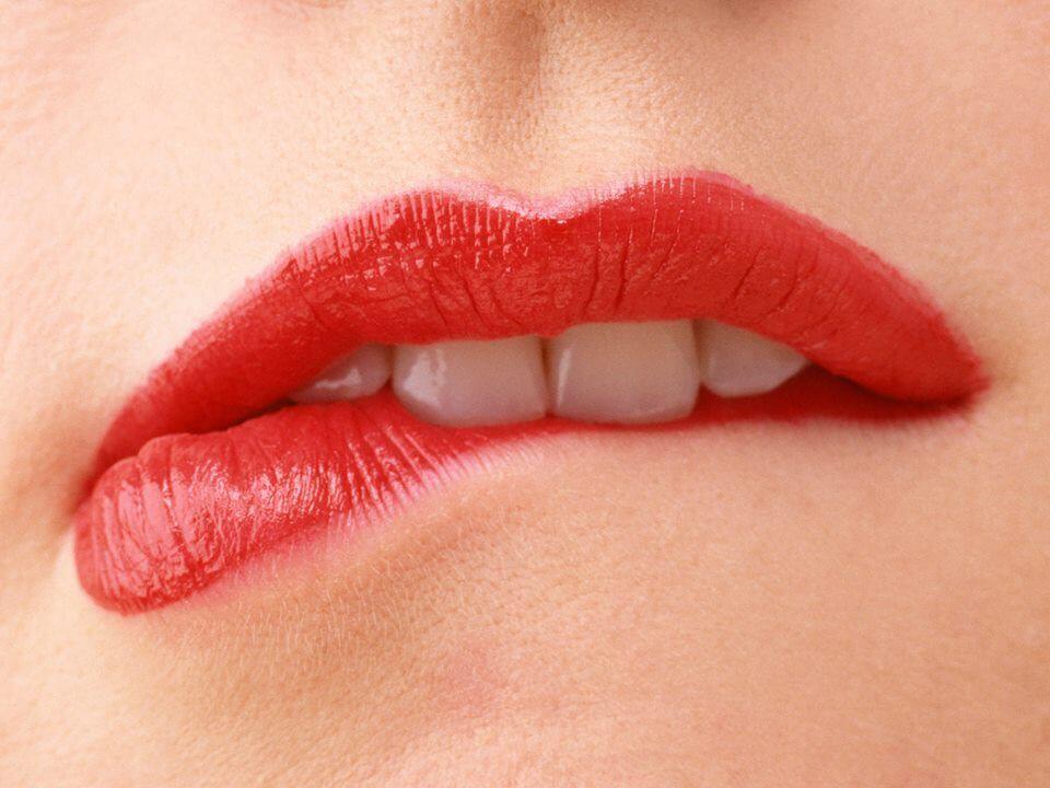 Nguyên nhân và cách xử lý phun môi bị loang lổ