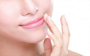 Phương Pháp Phun Môi Phủ Bóng Collagen Vạn Người Mê