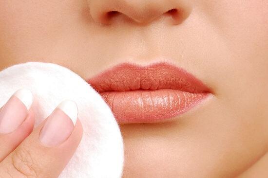 Có phải ai cũng phải dặm môi sau phun xăm môi phải không