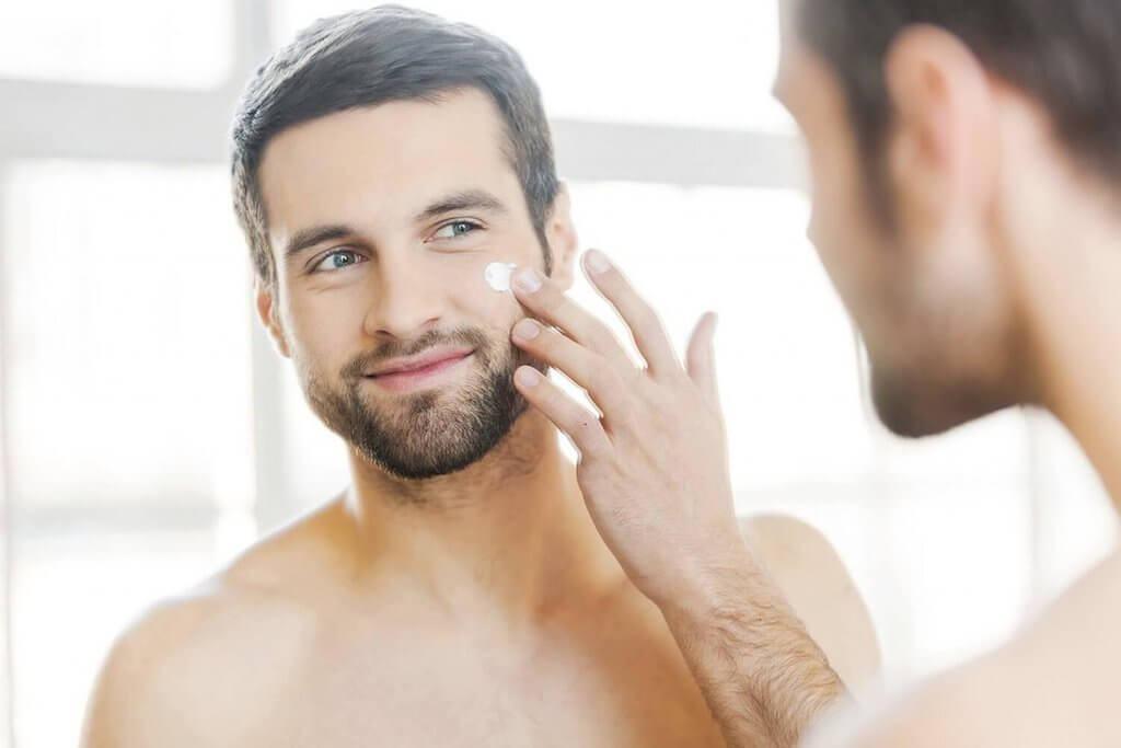 dưỡng ẩm bí quyết chăm sóc da mụn cho nam giới hiệu quả