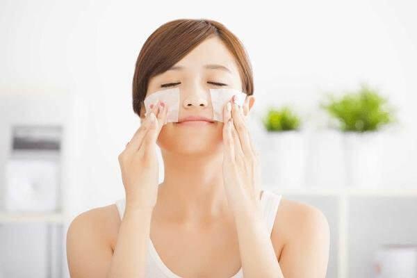 sử dụng giấy thấm dầu cách chăm sóc da hiệu quả buổi trưa