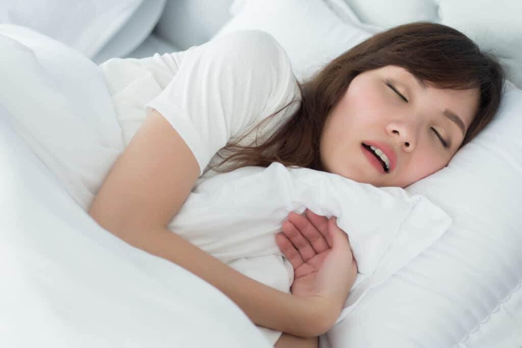 giấc ngủ kém gây mụn bọc ở mũi
