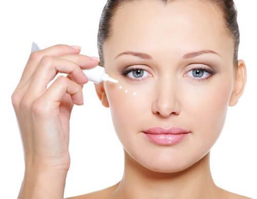 kem dưỡng mắt là gì? tại sao có thể giúp ngăn ngừa vết chân chim