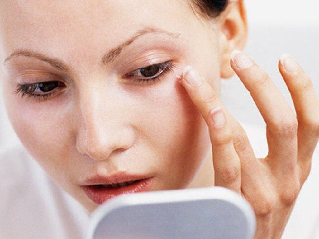 cách bôi kem dưỡng mắt để ngăn ngừa vết chân chim hiệu quả