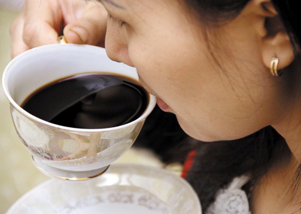 uống cà phê buổi tối nguy cơ gây mụn