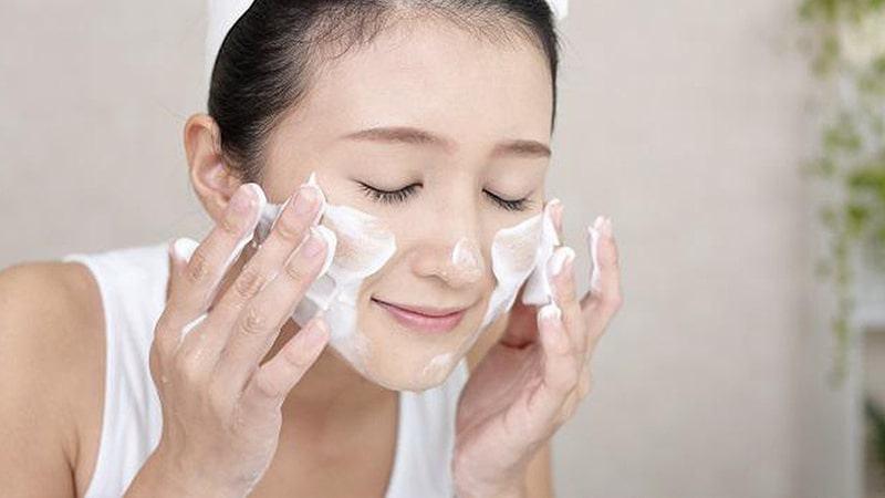 Làm sạch da mặt thường xuyên