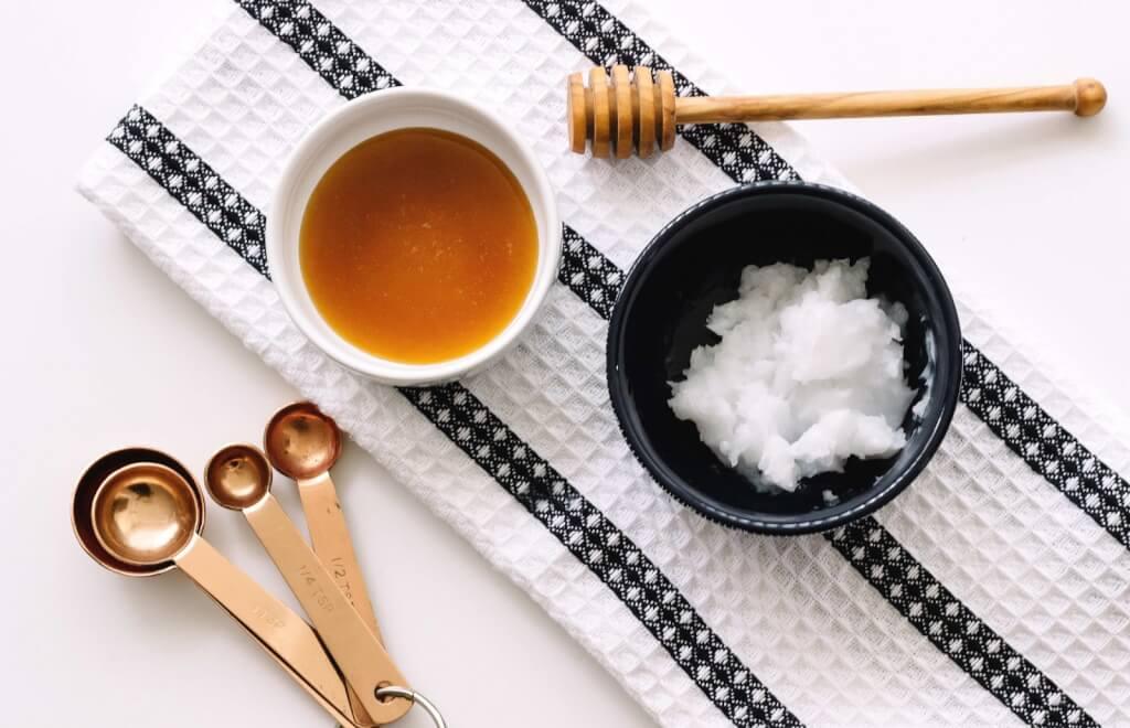Xóa tàn nhang với dầu dừa và mật ong
