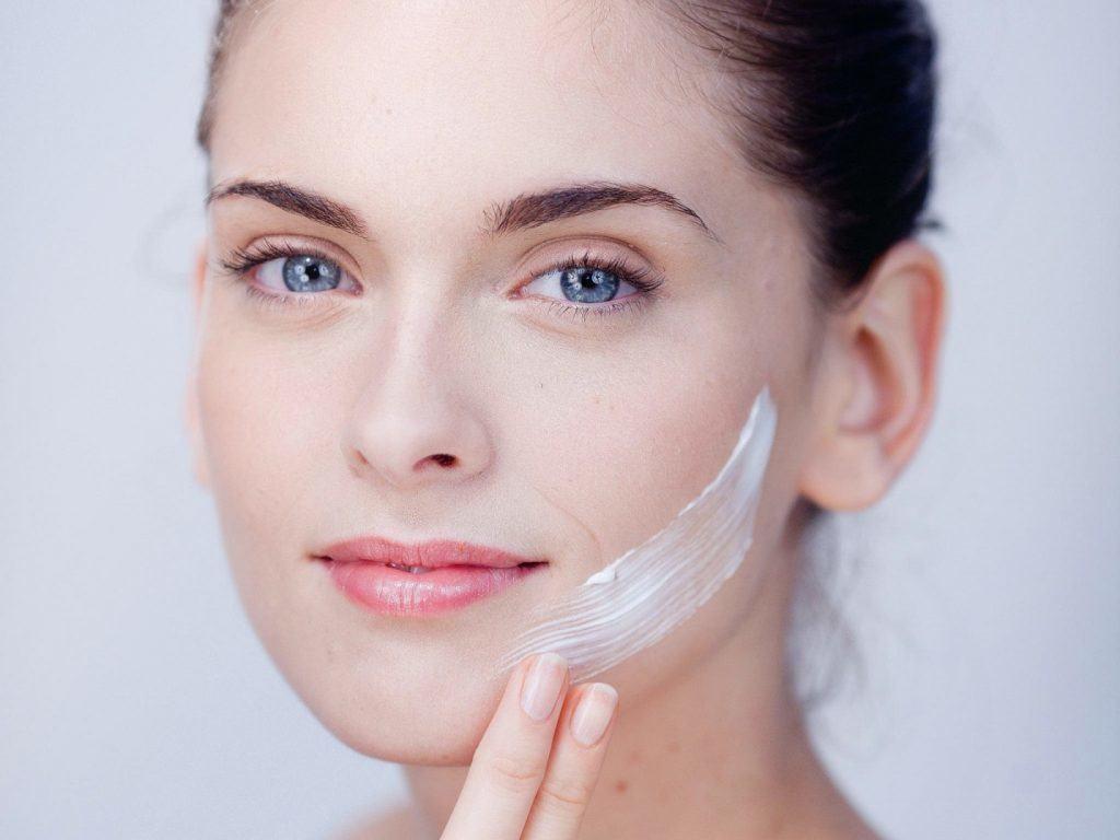 Sử dụng kem lót nền đa năng khi trang điểm cho da mụn
