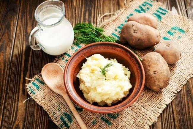Sử dụng mặt nạ khoai tây kết hợp sữa tươi giúp trị mụn cám, mụn đầu đen