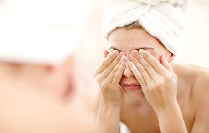 Hạn chế việc rửa mặt ngay sau khi tháo mặt nạ giấy