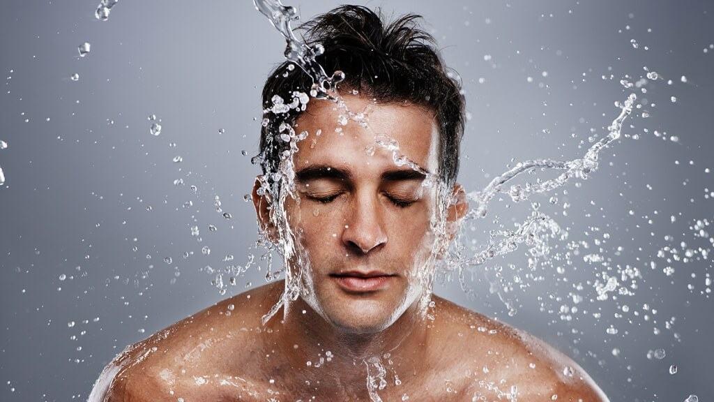 Rửa mặt luôn là bước làm sạch quan trọng nhất
