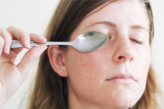 Trị thâm quầng mắt bằng muỗng inox bỏ vào ngăn đá